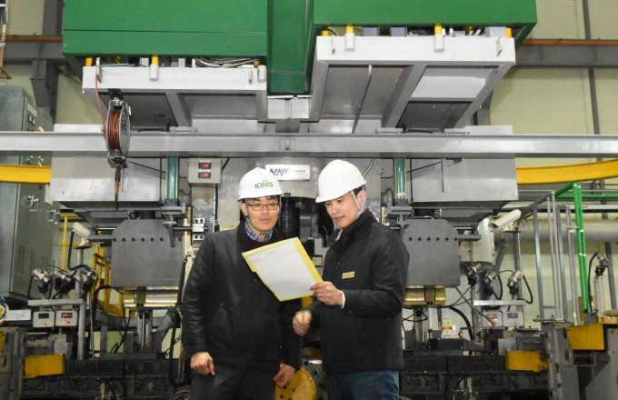연구팀이 압연장비 앞에서 순수 타이타늄의 최적 공정에 대해 논의하고 있다. 한국표준과학연구원 제공.