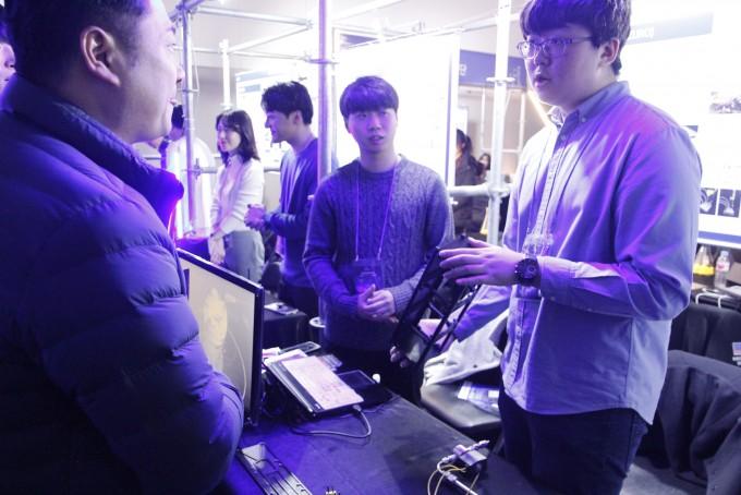 관람객이 위성 스타트업 ′우주로′의 설명을 듣고 있다. 조승한 기자 shinjsh@donga.com