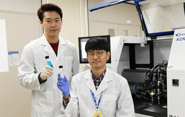 설승권 책임연구원(오른쪽)과 이상현 박사과정생(왼쪽)이 무전해도금법 기반 고전도성 구리 3D프린팅 잉크를 들고있다. 한국전기연구원 제공