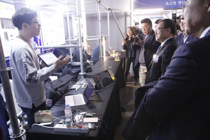 21일 서울 서대문구 연세대 백양누리에서 열린 ′실험실 창업 페스티벌 랩 스타트업 2019′에서 유영민 과학기술정보통신부 장관이 포항공대 ′트리플이′의 설명을 듣고 있다. 조승한 기자 shinjsh@donga.com