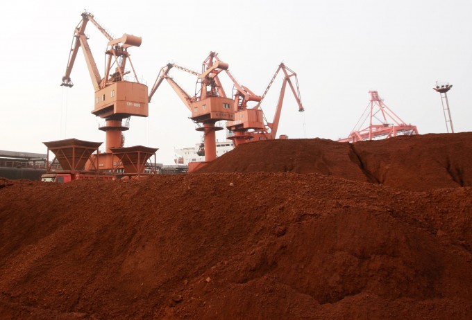 희토류(稀土類, rare earth metals)란 주기율표의 스칸듐, 이트륨, 란타넘족이라 부르는 원소 15개를 통칭해 부르는 이름이다. 원소를 분리하기 어려워 순수한 상태로 존재하는 양이 적은 원소를 뜻한다. 사진은 희토류를 수출하기 위해 중국 장쑤성 롄윈강(연운항)항구에 대기중인 모습. 연합뉴스