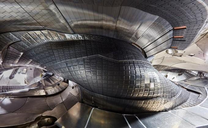 독일의 스텔러레이터 W7-X의 내부 구조. 매우 복잡한 기하학적 구조를 보인다. 이런 복잡성 때문에 연구개발이 늦었지만, 최근 속도를 내고 있다. 막스플랑크플라스마물리연구소 제공