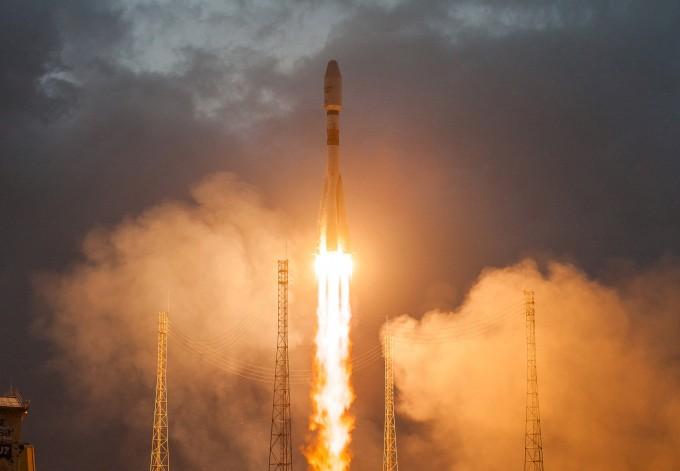원웹의 인공위성 6대를 싣고 27일 오후4시37분 발사되고 있는 프랑스우주개발업체 아리안스페이스의 소유즈 로켓. 위성인터넷 시대로 나아가는 첫번째 발걸음이 될지 기대를 모은다. REUTERS/연합뉴스 제공