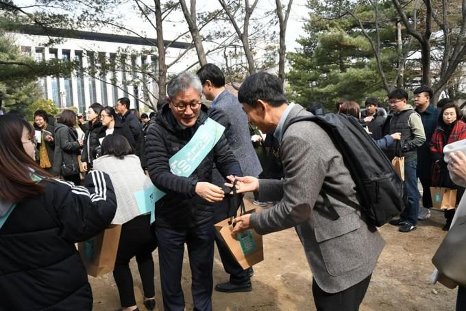 김재현 산림청장이 행사 참가자들에게 미선나무 묘목을 나눠주고 있다. 국립수목원 제공