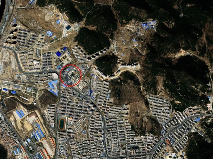 안중근 의사 등이 옥고를 치른 중국 다롄 뤼순형무소의 모습(빨간 동그라미). 다목적실용위성 3A호로 지난해 4월 촬영했다. 사진 제공 과학기술정보통신부