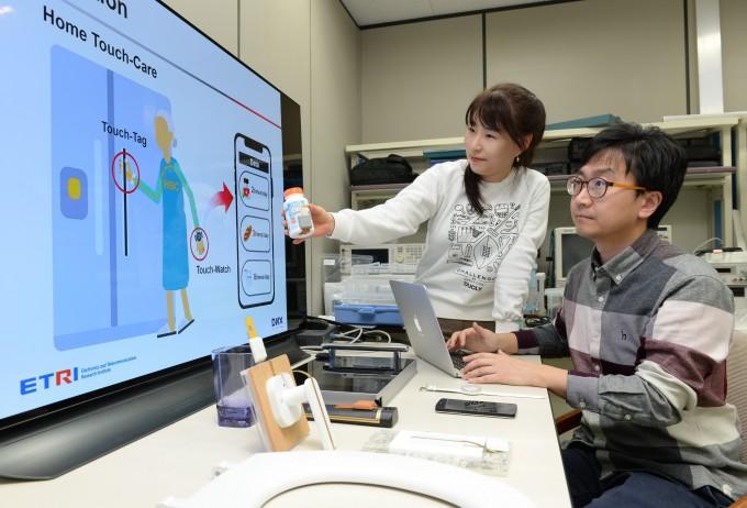 물건 만지면 활동 정보 뜬다…노약자 케어 '인체통신' 기술 개발