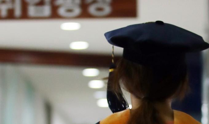 대학원생과 박사후연구원 등 연구교수가 안정적으로 연구할 수 있도록 관련 제도를 마련한다. 연합뉴스 제공