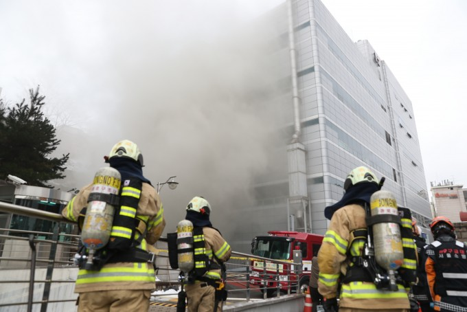 제3차 과기장관회의에서 ′재난·안전 R&D 투자 혁신방안′이 논의됐다. 사진은 서울 서대문구 충정로 KT 아현빌딩 화재 당시 현장. 연합뉴스