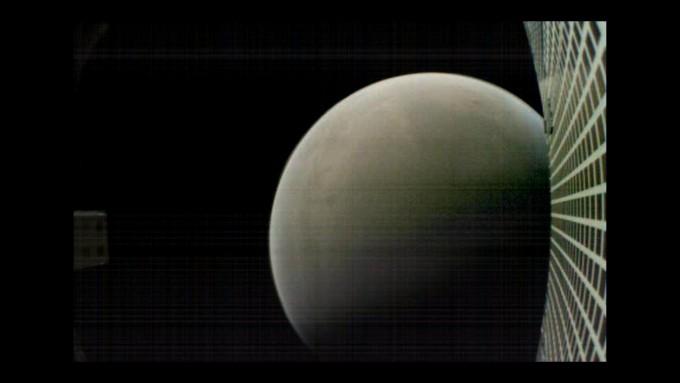 지난해 11월 NASA가 화성탐사선 인사이트를 화성에 보내던 당시 함께 보낸 큐브위성 ′월-E′가 7600km 밖에서 촬영한 화성의 사진. NASA 제공