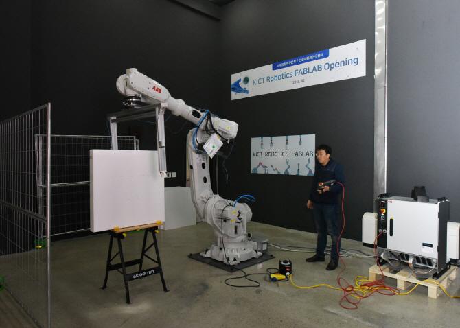 경기 고양 한국건설기술연구원에 마련된 건설 로보틱스 프리팹 랩에 있는 대형 로봇팔을 시연하고 있다. 건설연 제공