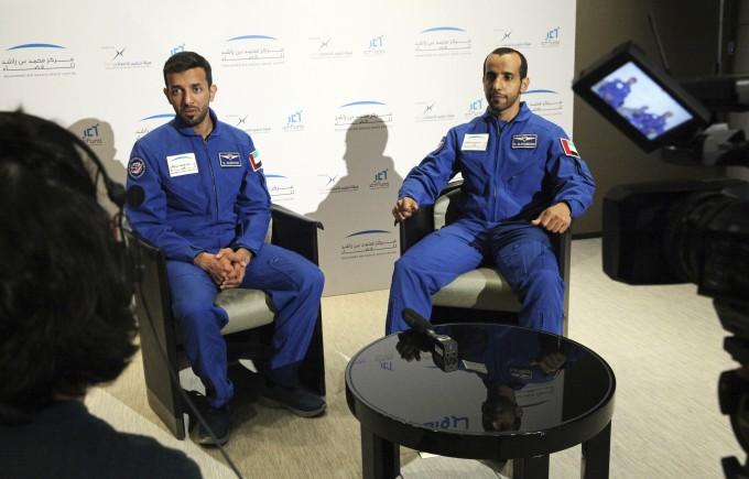 UAE 첫 우주인이 될 하자 알-만수리 씨(왼쪽)와 술탄 알-니야디가 씨(오른쪽)이 AP통신과 인터뷰를 하고 있다. AP/연합뉴스 제공.
