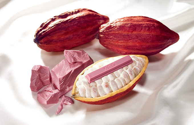 기존 초콜릿 제조 과정과 달리 발효 과정이 없어 자연적으로 핑크빛을 띤다. 네슬레는 루비 초콜릿으로 초코바 형태의 '킷캣' 제품을 출시했다. The Barry Callebaut Group