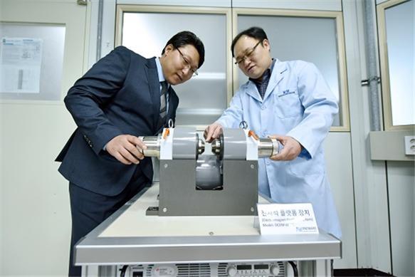 엄태운 알앤디웨어 대표(왼쪽)과 박승영 한국기초과학지원연구원 책임연구원이 새로 개발한 전자석 플랫폼 시스템을 살펴보고 있다. 사진제공 한국기초과학지원연구원