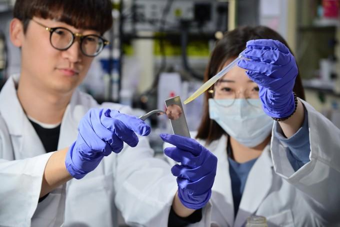 KIST 연구팀이 생기원과 공동개발한 일액형 에폭시 접착제로 금속을 접착하는 실험을 하고 있다. 사진 제공 KIST