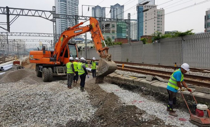 한국의 철도 작업자 사망률이 운행 거리 1억 km당 3.5명으로 높은 수준으로 나타났다. 연합뉴스 제공