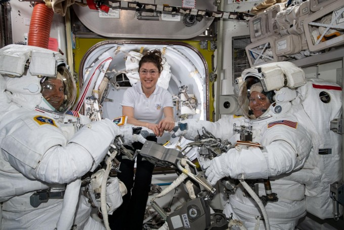 미국항공우주국(NASA) 우주인 닉 헤이그(왼쪽)과 앤 매클레인(오른쪽)이 22일 국제우주정거장(ISS)에서 우주 유영을 나가기 전 크리스티나 코흐와 기념촬영을 하고 있다. NASA 제공