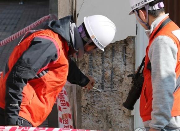 포항 지진으로 인해 피해가 발생한 건물을 건축전문가들이 조사중이다. 연합뉴스 제공