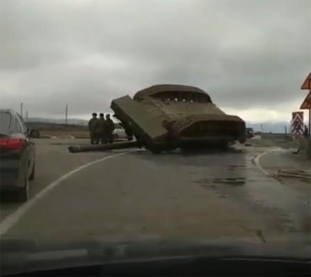 """""""길바닥에 쓰러진 탱크""""포착돼"""