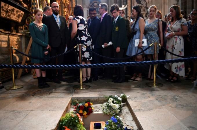 스티븐 호킹 박사의 유해가 지난해 6월 15일 영국 런던의 웨스트민스터 사원에 안치됐다. 그는 아이작 뉴턴과 찰스 다윈의 묘 사이에 묻혔다. 런던AP/연합뉴스