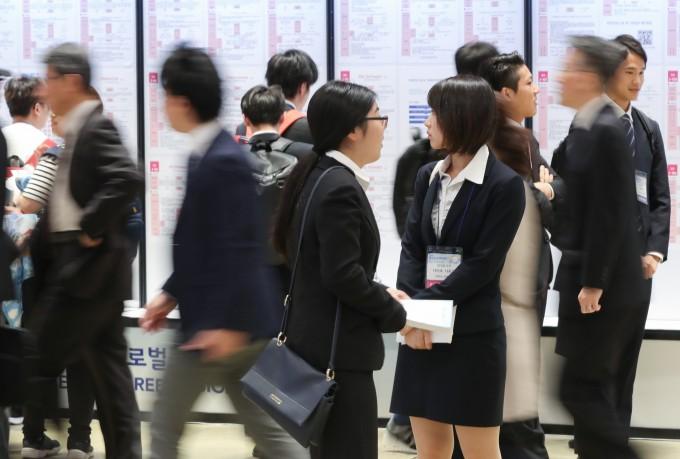 경제불황은 중요한 결정을 내리는 사회초년생들에게 더 큰 영향을 미친다. 연합뉴스 제공