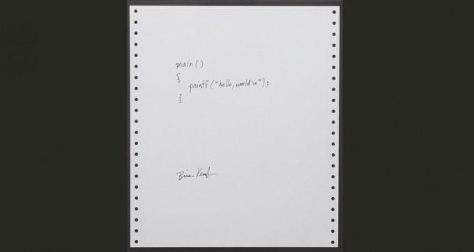 어떤 프로그래밍을 배우든 처음 예제는 ″Hello world″ 출력일 때가 많다. 이는 1978년 C와 UNIX를 개발한 데니스 리치와 브라이언 커니핸 두 사람이 쓴 교재에서 유래됐다. 사진은  당시의 필기 버전. ″Hello world!″를 출력하면 코딩의 작은 역사가 시작됐다고 말할 수 있다. 위키피디아 제공