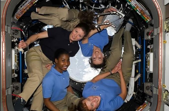 국제우주정거장(ISS)에서 일하는 여성 우주인의 모습. NASA 제공