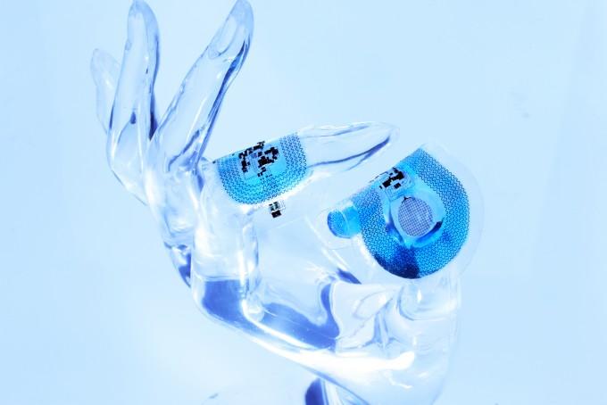 새로 개발된 신생아 생체신호 측정용 센서. 얇고 잘 늘어나며 휠 수 있어 피부에 잘 밀착된다. 사진 제공 노스웨스턴대