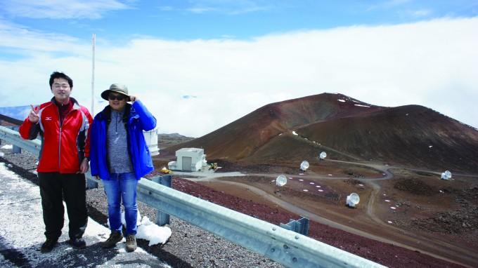 지난해 미국 하와이 JCMT에서 관측을 수행한 모리야마 코타로 일본 교토대 천문학부 연구원(왼쪽)과 필자. 뒤쪽으로 JCMT와 SMA가 보인다. 손봉원 제공