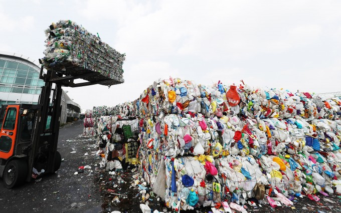 용인시 재활용센터에서 관계자들이 압축된 플라스틱 등 재활용품을 옮기고 있다. 연합뉴스 제공
