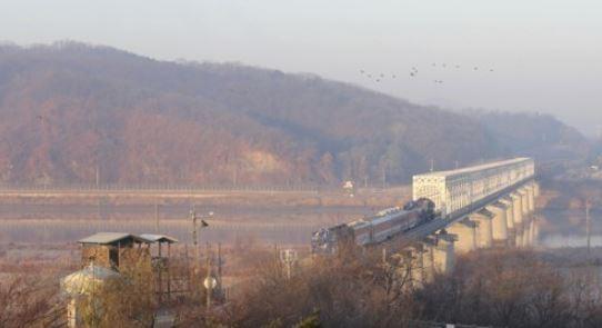 지난해 11월 30일 남북 철도공동조사단이 18일간 경의선 개성-신의주 구간(약 400km)과 동해선 금강산-두만강 구간(약800km)을 조사했다. 북으로 향하고 있는 열차.  AP/연합뉴스 제공