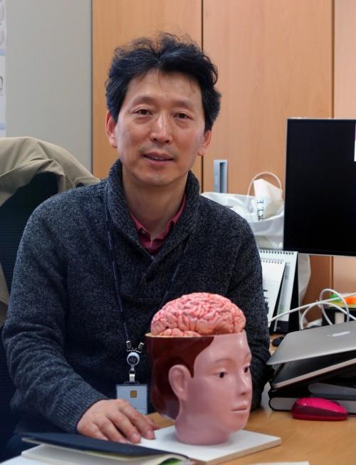 류훈 한국과학기술연구원(KIST) 신경과학연구단장은 미국과 한국의 의대와 연구소에서 퇴행성 뇌질환을 연구해 왔다. 스트레스 등 환경이 치매 발병에 미치는 영향을 밝히고 있다. 윤신영 기자