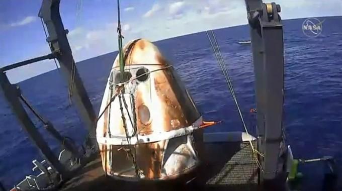 배가 막 크루드래건을 회수했다. NASA TV 캡쳐
