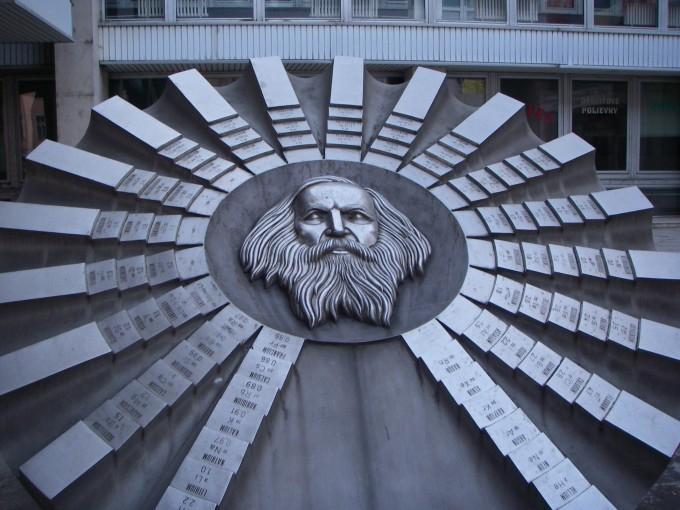 슬로바키아공대 앞에 있는 기념물은 주기율표와, 주기율표의 창시자 멘델레예프를 기리고 있다. 원소를 특성에 따라 분류한 주기율표는 화학 발전의 기틀이 됐다. 위키미디어 제공