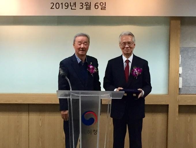 6일 오전, 제5회 유미과학문화상을 수상한 박상대 서울대 명예교수(오른쪽)가 송만호 유미과학문화재단 이사장과 함께 자세를 취했다. 윤신영 기자