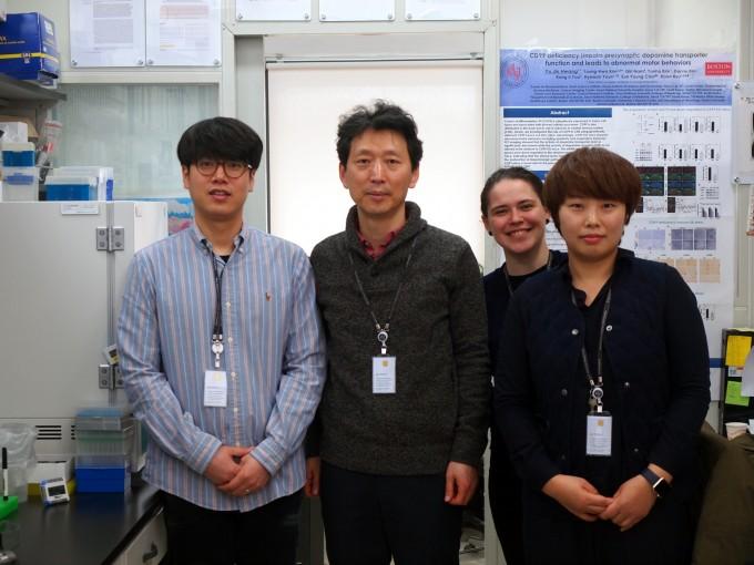 """류훈 KIST 뇌과학연구소 신경과학연구단장이 연구원들과 자세를 취했다. 그는 """"성실한 한국 학생과의 협업도 한국행을 택한 이유 중 하나""""라고 밝혔다. 윤신영 기자"""