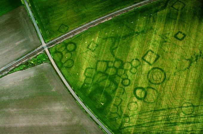 프랑스 그레작에서 항공 사진으로 발견된 작물표지. 고대 갈리아 사람들의 대규모 공동묘지인 것으로 드러났다. J. Dassie(W)
