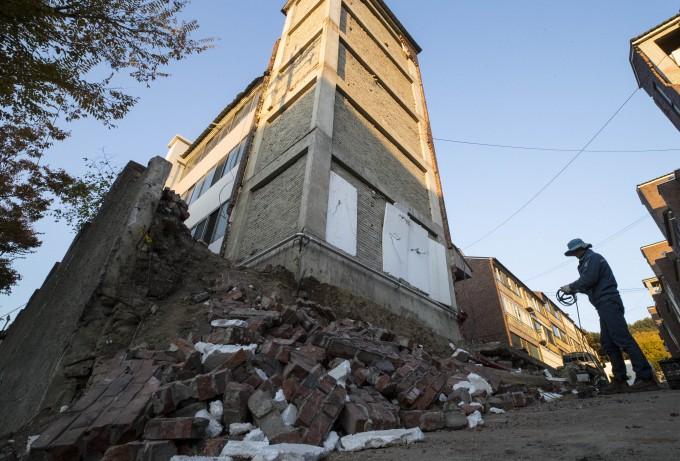 2017년 포항 북구에 지진이 발생한 다음 날인 11월 15일 다세대주택의 일부가 무너져내린 모습. 연합포토 제공