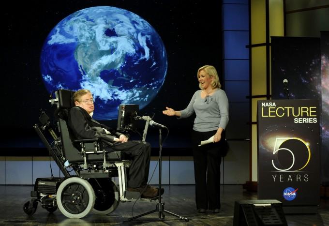 스티븐 호킹 박사가 타계 10년 전인 2008년, 미국항공우주국(NASA) 50주년 기념 강연에 나섰다. 오른쪽은 호킹 박사와 딸 루시 호킹. 사진 제공 NASA