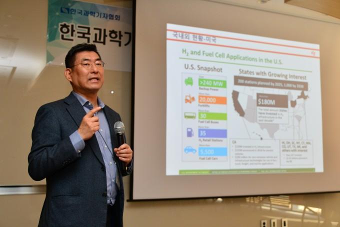 한종희 한국과학기술연구원(KIST) 청정신기술연구소장이 수소경제활성화 로드맵 관련 국내외 동향에 대해 설명하고 있다. KIST 제공