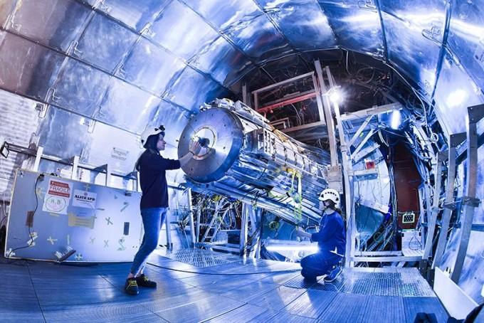 일본이 이달 7일 국제선형가속기(ILC) 프로젝트 유치 준비가 되어있지 않다고 밝히며 ILC의 미래가 불투명해지게 됐다. 사진은 유럽입자물리연구소(CERN)의 거대강입자가속기(LHC)의 모습이다. CERN 제공