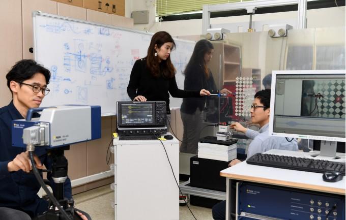 김미소 한국표준과학연구원 안전측정센터 연구팀이 메타 에너지 하베스팅을 실험하고 있다. 한국표준과학연구원 제공.