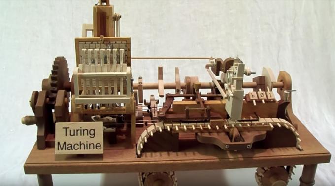 비운의 천재 앨런 튜링이 제안한 튜링 기계. 현대 컴퓨터의 개념의 시초로 평가된다. 결정론적으로 동작하므로 동일한 동작 규칙을 실행시킨 결과는 항상 동일해야 한다. 마찬가지로 동일한 소프트웨어를 실행시킨 컴퓨터는 매번 같은 결과를 가져와야 한다.