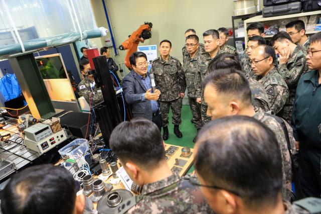 정부가 국가 과학기술을 활용한 미래국방기술 개발에 나선다. 한국기계연구원이 지난 3월 26일 열린 '군활용 신기술 협력포럼'에서 육군 아미 타이거 4.0 통합기획단을 대상으로 연구현장을 소개하고 있다. 한국기계연구원 제공