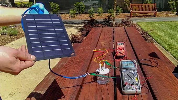 홍지에 다이 미국 스탠퍼드대 화학과 교수 연구팀은 바닷물에서도 깨끗한 물에서처럼 수소를 얻는 기술을 개발했다는 연구결과를 18일 공개했다. 연구팀이 개발한 태양광 기반의 바닷물 전기분해장치의 모습이다. 다이 교수 연구팀 제공