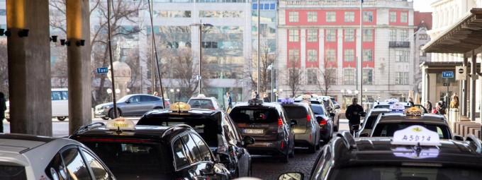 2023년부터 노르웨이의 모든 택시가 친환경차로 바뀌어야 하는 계획에 따라 핀란드 에너지기업 ′포르툼′은 노르웨이 수도 오슬로 곳곳에 전기차 택시들이 승강장에서 무선충전을 할 수 있는 인프라를 구축하겠다고 21일 밝혔다. 포르툼 제공