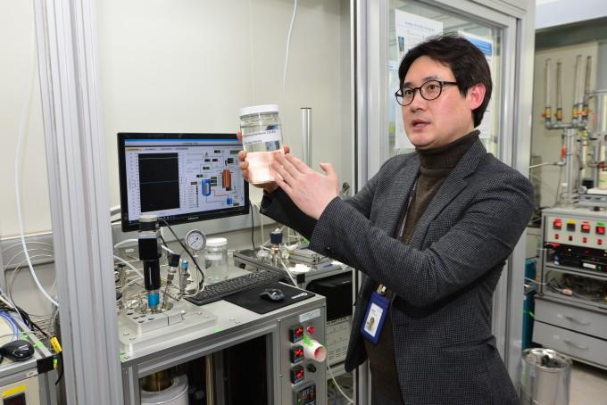 윤창원 한국과학기술연구원(KIST) 수소·연료전지연구단장이 액상 유기 화합물 수소 운반체(LOHC) 시스템을 설명하고 있다. KIST 제공