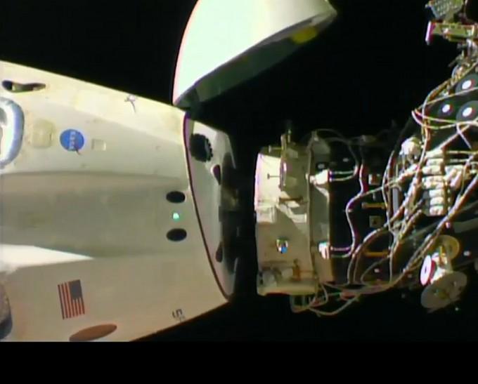스페이스X의 유인우주캡슐 ′크루드래건′이 국제우주정거장(ISS) 하모니 모듈에서 분리되는 순간이다. NASA TV 캡쳐.