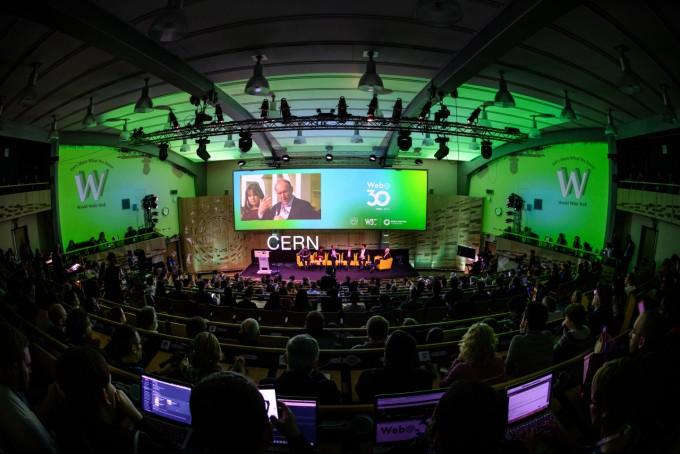 월드와이드웹(WWW) 탄생 30주년을 앞둔 지난 6일, 유럽입자물리연구소(CERN)에서 열린 기념 학술대회에서 웹 전문가들이 토론하고 있다. 사진 제공 CERN