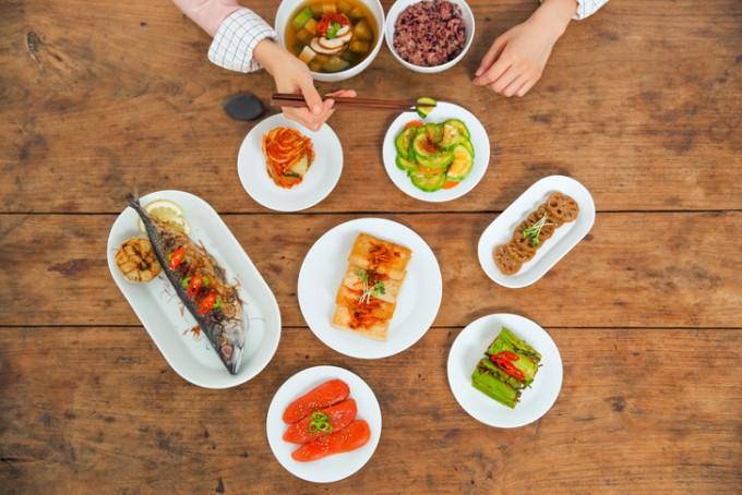 굶는 다이어트 대신 먹는 시간대만 신경쓰는 다이어트는 살도 빠지고 몸의 대사도 개선돼 일석이조의 효과가 날 수 있다.게티이미지뱅크 제공