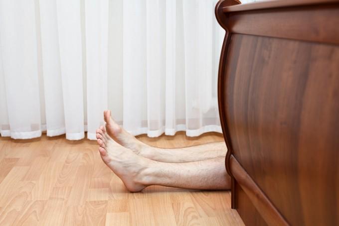 충격을 받아 의식을 잃고 쓰러지는 것은 전환장애의 특징적인 양상이다. 게티이미지뱅크 제공